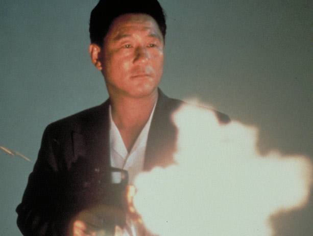 Murakawa uses an automatic weapon to solve his problems in SONATINE