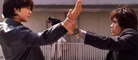 Detective Manabu Hayase (Yôsuke Eguchi) attempts to apprehend Kimura (Takashi Kashiwabara) in ANOTHER HEAVEN (2000)